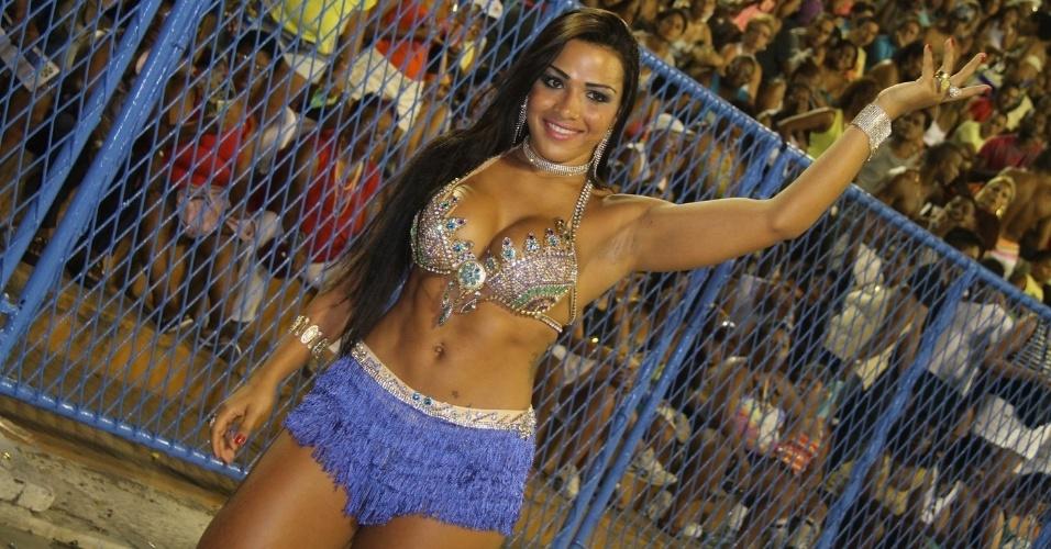 6.Jan.2013 - Mariana Souza, musa da União da Ilha, participa do ensaio técnico da escola no sambódromo do Rio