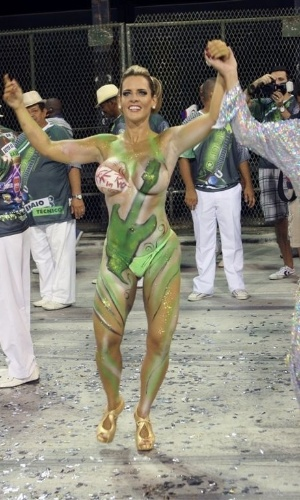 Denise Rocha, conhecida como Furacão da CPI, ensaia pela Mocidade Independente de Padre Miguel, escola da qual é musa, no sambódromo do Rio.