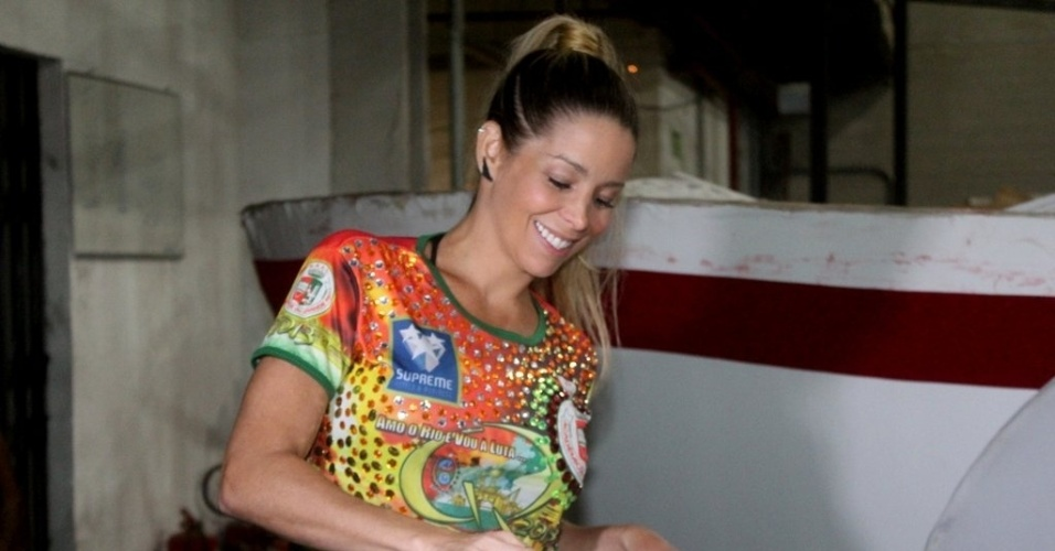 11.jan.2013 - Danielle Winits visitou o barracão da escola de samba Grande Rio, em Caxias, zona oeste do Rio. A atriz foi rainha da bateria da agremiação em 1999 e voltará a desfilar no Carnaval 2013