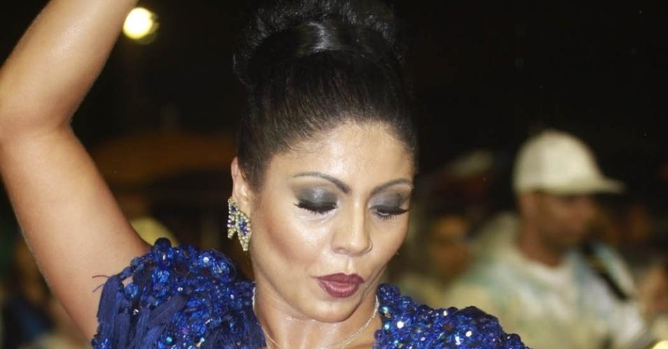 12.jan.2013 A rainha da bateria da Nenê de Vila Matile, Déborah Caetano, esteve no ensaio técnico da escola no Sambódromo do Anhembi no último sábado