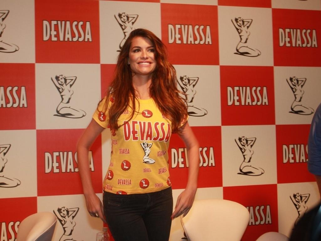 14.jan.2013 Alinne Moraes, nova musa do camarote Devassa, durante coletiva de sua apresentação