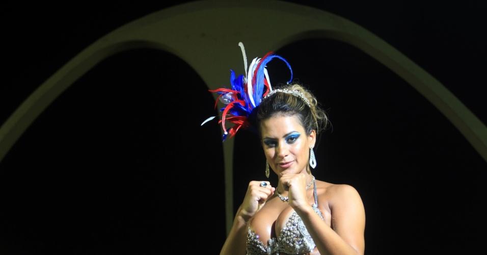 12.jan.2013 - Lucilene Caetano ensaia à frente da bateria da  Inocentes de Belford Roxo