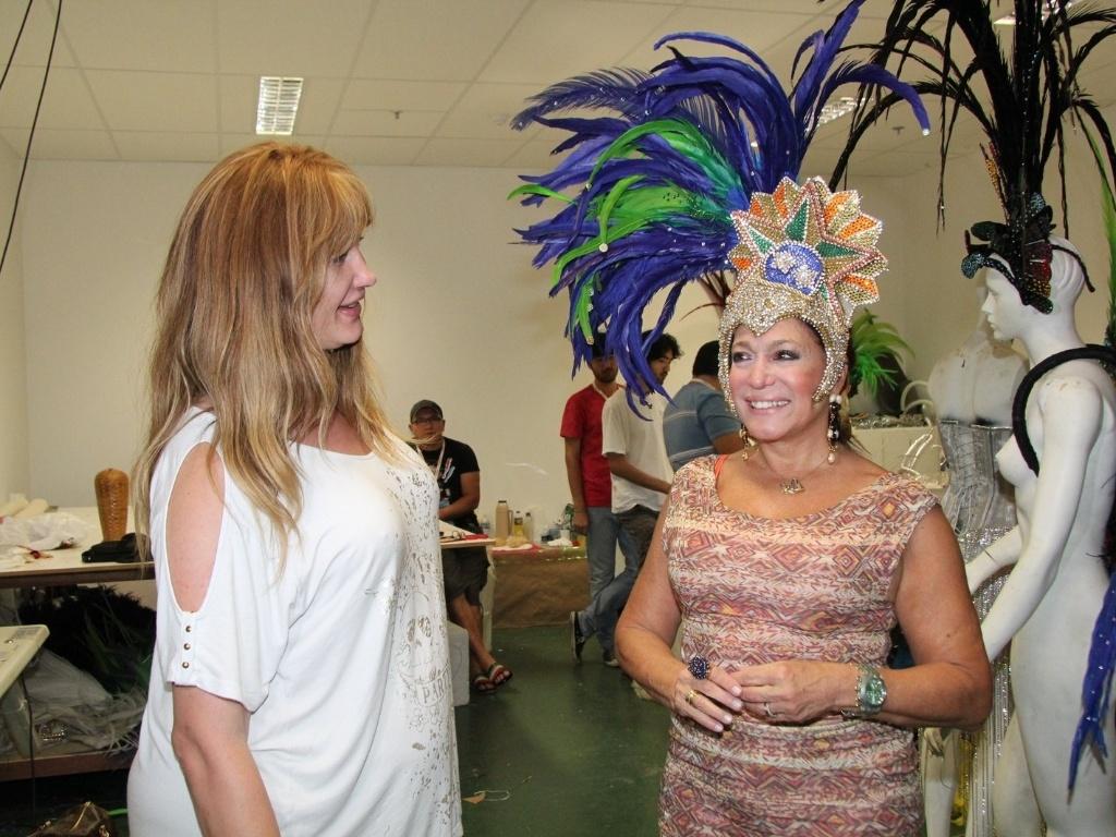 17.jan.2013 - Susana Vieira visitou o barracão da escola de samba carioca Grande Rio, em Caxias, baixada fluminense, para tirar as medidas de sua fantasia
