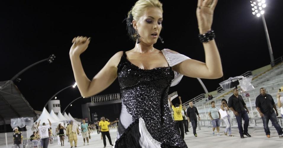 18.jan.2013 - Ana Hickmann no ensaio técnico das escolas de samba de São Paulo, no Anhembi