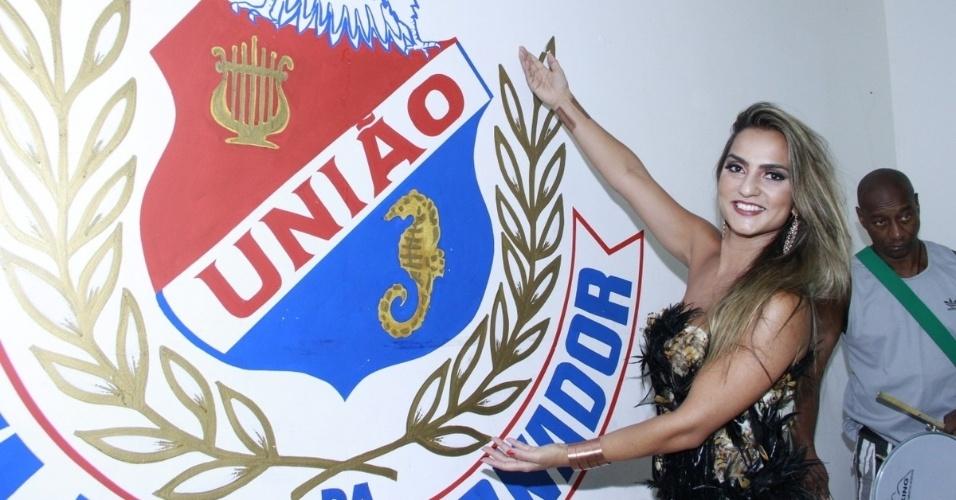 19.jan.2013 - A rainha da bateria da União da Ilha, Bruna Bruno, posa para fotos em ensaio na quadra da escola