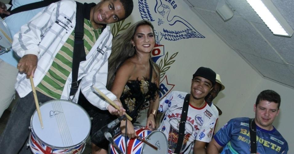 19.jan.2013 - A rainha da bateria da União da Ilha, Bruna Bruno, toca com os ritmistas na quadra da escola