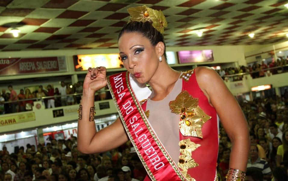19.jan.2013 A funkeira Valesca Popozuda foi nomeada musa da escola de samba Salgueiro na noite deste sábado. Na foto, a nova musa comemora mostrando sua faixa