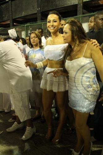 Apresentadora Sabrina Sato participa da lavagem da Sapucaí ao lado dos integrantes da escola Unidos de Vila Isabel, da qual é rainha