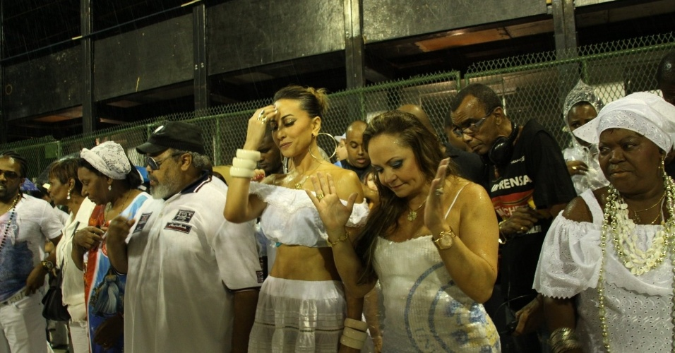 Cantor Jorge Aragão, apresentadora Sabrina Sato participam da lavagem da Sapucaí ao lado dos integrantes da escola Unidos de Vila Isabel