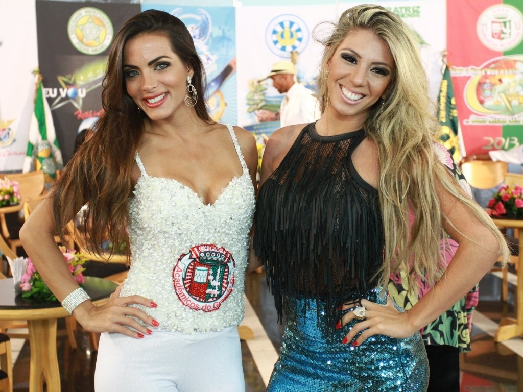 22.jan.2013 - Carla Prata, rainha de bateria da Grande Rio, e Andrea Andrade, rainha da Mocidade, participam da gravação do