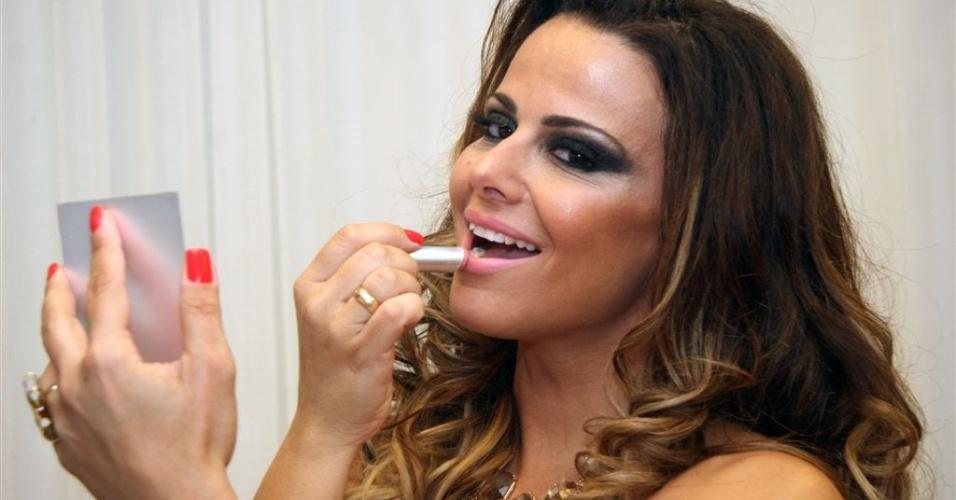 Jan.2013 - Antes do ensaio na quadra, Viviane Araújo acerta a maquiagem