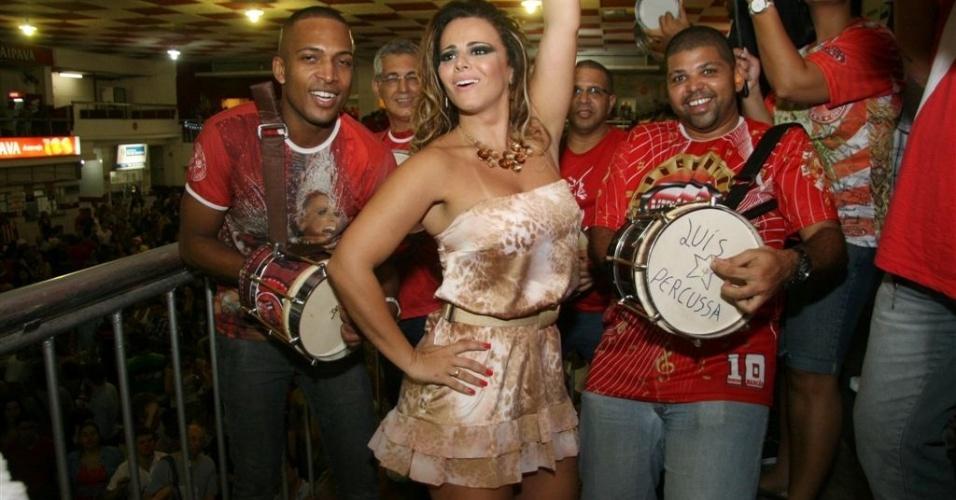 Jan.2013 - Como rainha, Viviane Araújo tem ido com frequência aos ensaios, à frente dos integrantes da bateria Furiosa