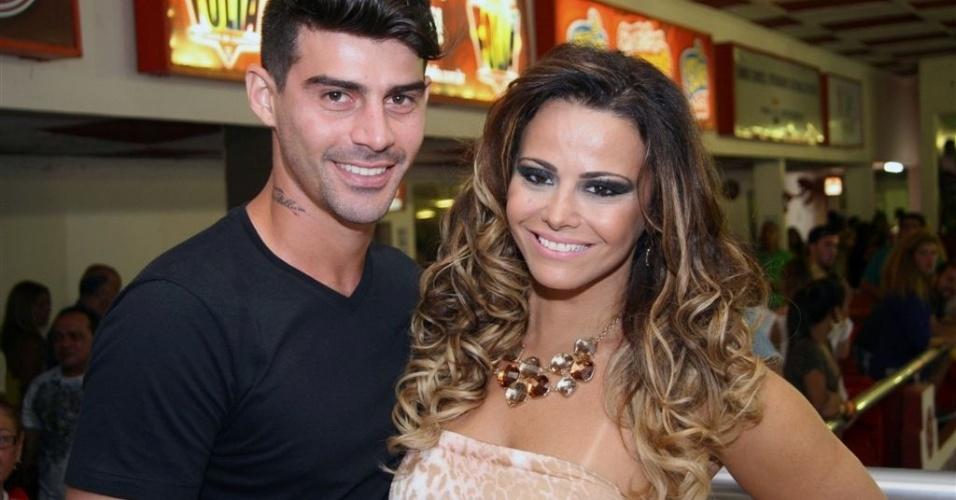 Jan.2013 - O jogador Radamés, 26, onze anos mais jovem que Viviane Araújo, diz que aprendeu a gostar de samba com a namorada