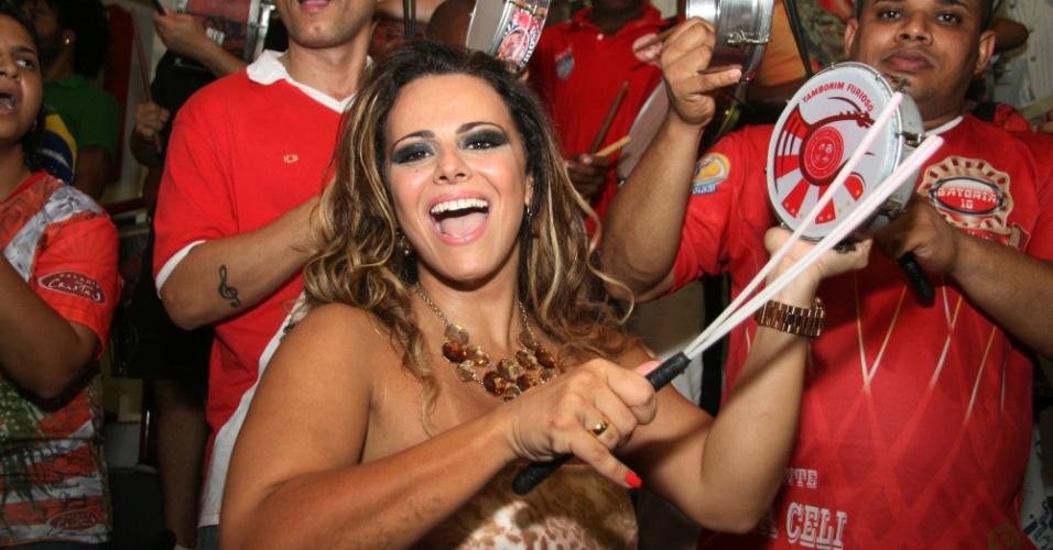 Jan.2013 - Viviane Araújo ainda exibe parte da tatuagem com o nome do ex-namorado, o cantor Belo, no antebraço direito