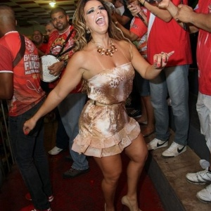Jan.2013 - Viviane Araújo cai no samba na quadra do Salgueiro
