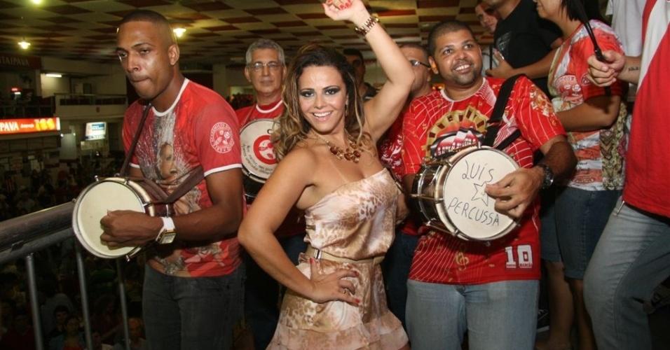 Jan.2013 - Viviane Araújo ensaia à frente de ritmistas da bateria Furiosa, na quadra do Salgueiro na Tijuca
