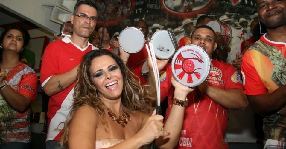 Jan.2013 - Viviane Araújo toca tamborim à frente da bateria do Salgueiro