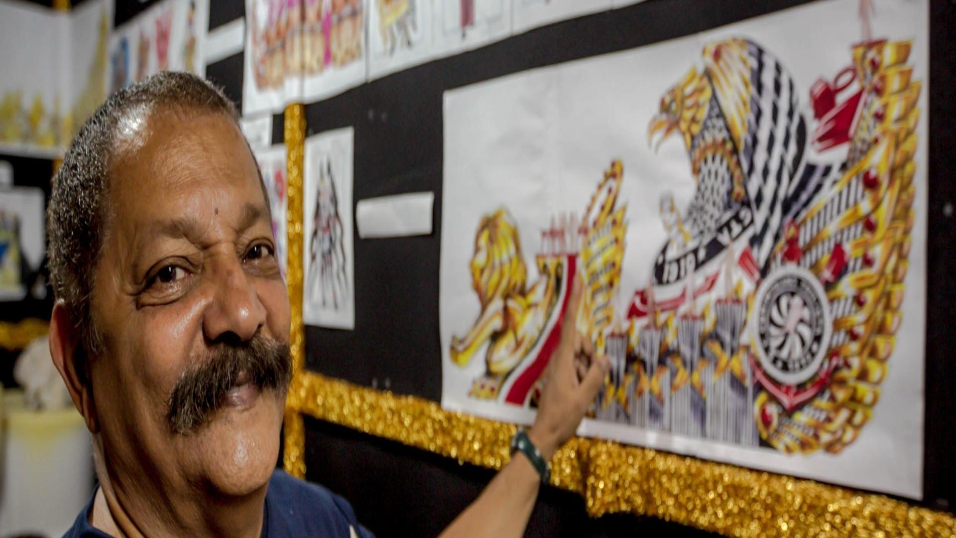 17.jan.2013 Max Lopes, carnavalesco da Gaviões, mostra desenhos dos carros alegóricos que a escola apresentará no desfile deste ano