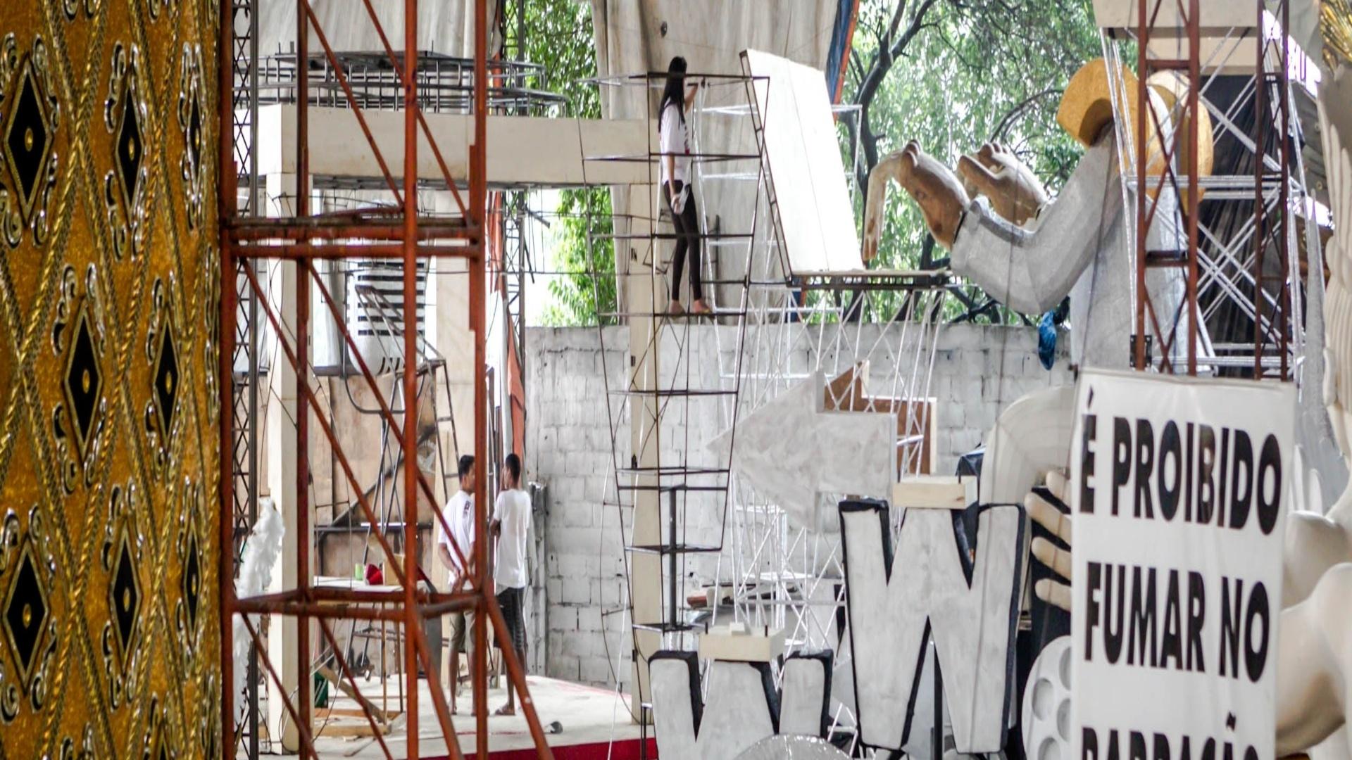 17.jan.2013 O barracão da Gaviões da Fiel fica na Zona Norte de São Paulo. Cerca de 140 pessoas ajudam a montar o Carnaval da alvinegra
