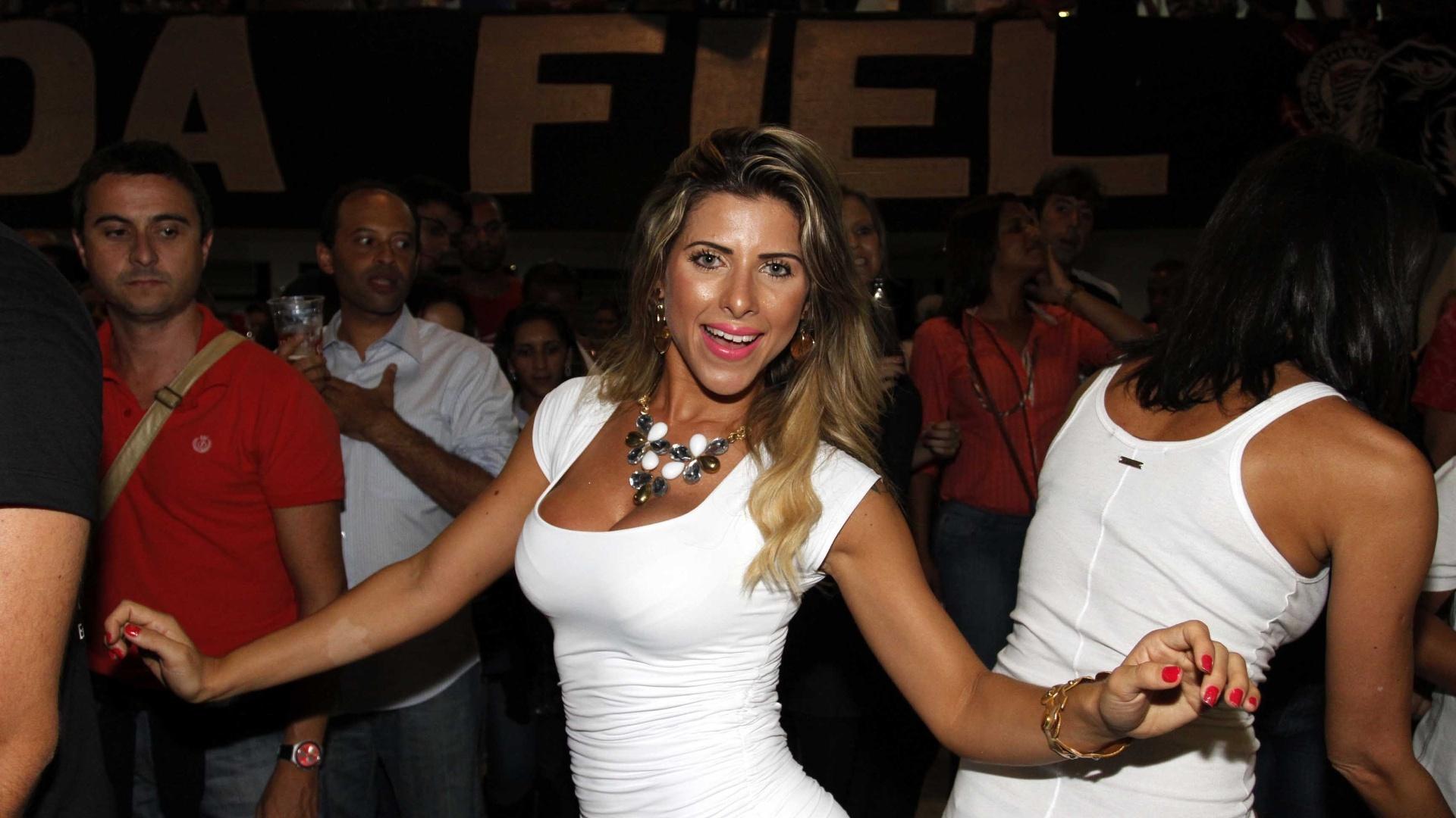 29.jan.2013 - Ana Paula Minerato, samba em ensaio na quadra da escola, em São Paulo