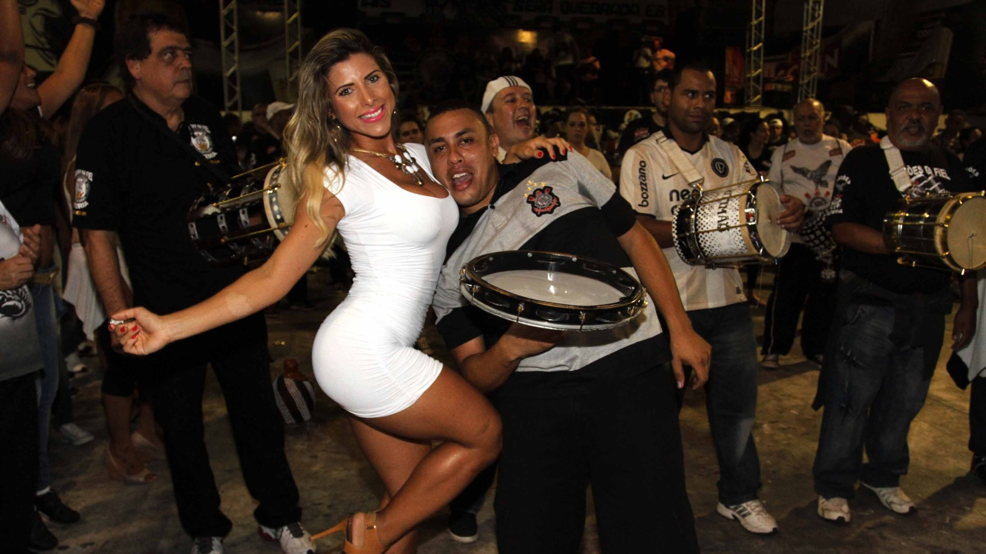 29.jan.2013 - Ana Paula Minerato samba em ensaio na quadra da escola, em São Paulo