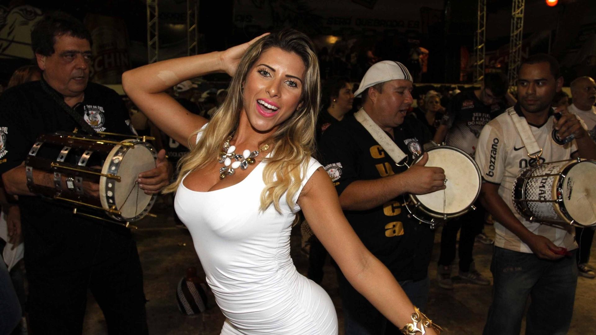 29.jan.2013 - Ana Paula Minerato, musa da Gaviões da Fiel, samba em ensaio na quadra da escola, em São Paulo