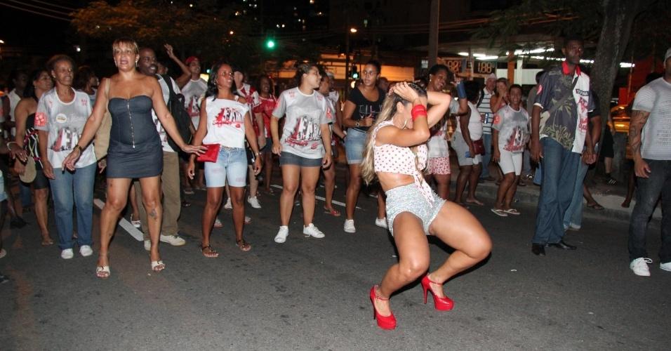 30.jan.2013 - Valeska Popozuda samba no ensaio técnico da Salgueiro na rua Maxwell, em Andaraí