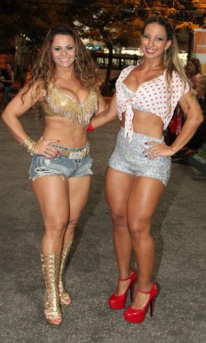 30.jan.2013 - Viviane Araújo e Valeska Popozuda posam juntas no ensaio técnico da Salgueiro na rua Maxwell, em Andaraí