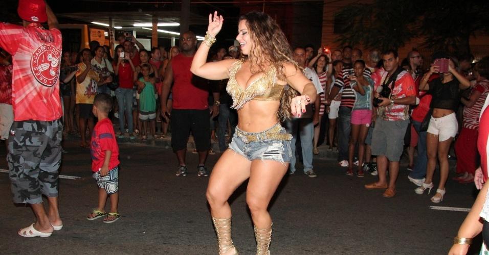 30.jan.2013 - Viviane Araújo samba no ensaio técnico da Salgueiro na rua Maxwell, em Andaraí