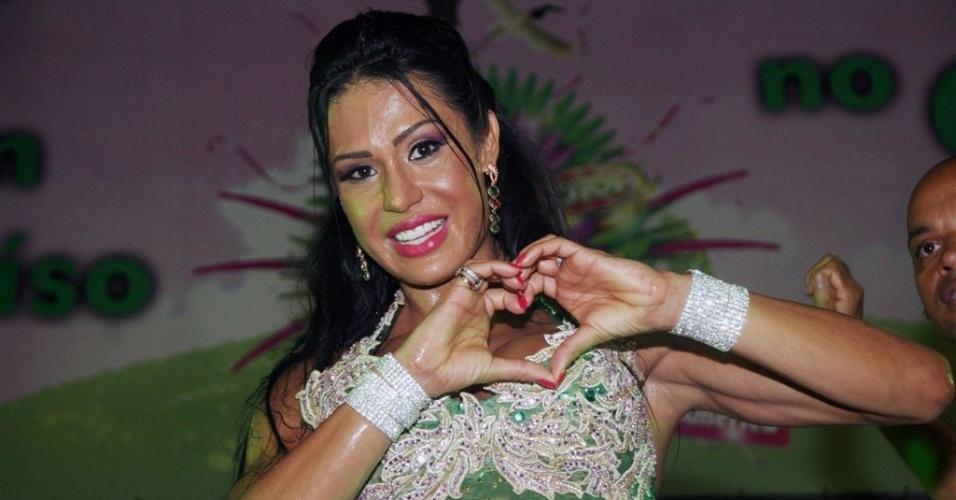 Jan.2013 - A Rainha de Bateria da Mangueira, Gracyanne Barbosa, samba em ensaio da Escola de Samba no Rio de Janeiro. Gracyanne, mulher do cantor Belo, assumiu o posto que antes era de Renata Santos
