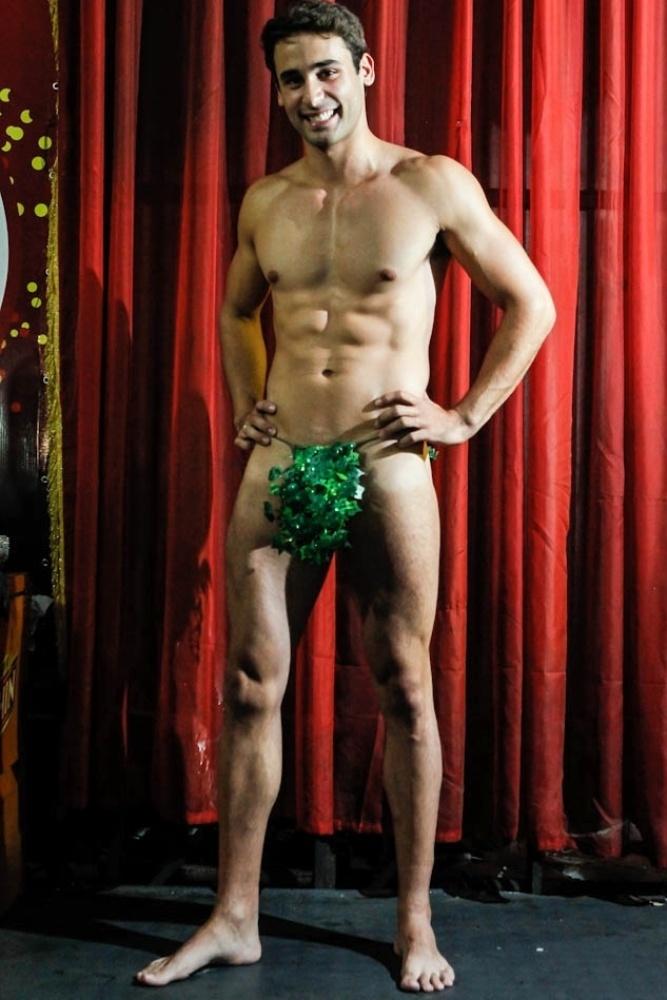 20.jan.2013 Wagner vestiou o protótipo de sua fantasia de Adão. No dia 9 de fevereiro ele estará na avenida ao lado da ex-BBB Fabiana Teixeira, que representará a Eva no desfile