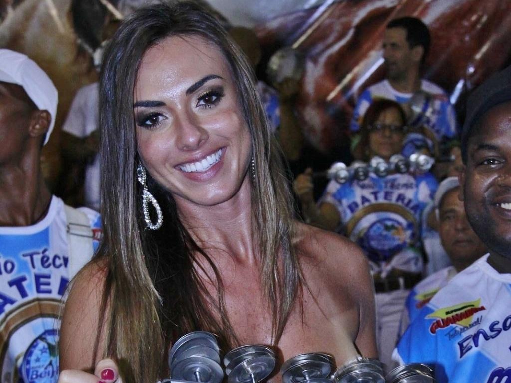 31.jan.2013 - A ex-panicat toca chocalho ao lado de ritmistas da Beija-Flor