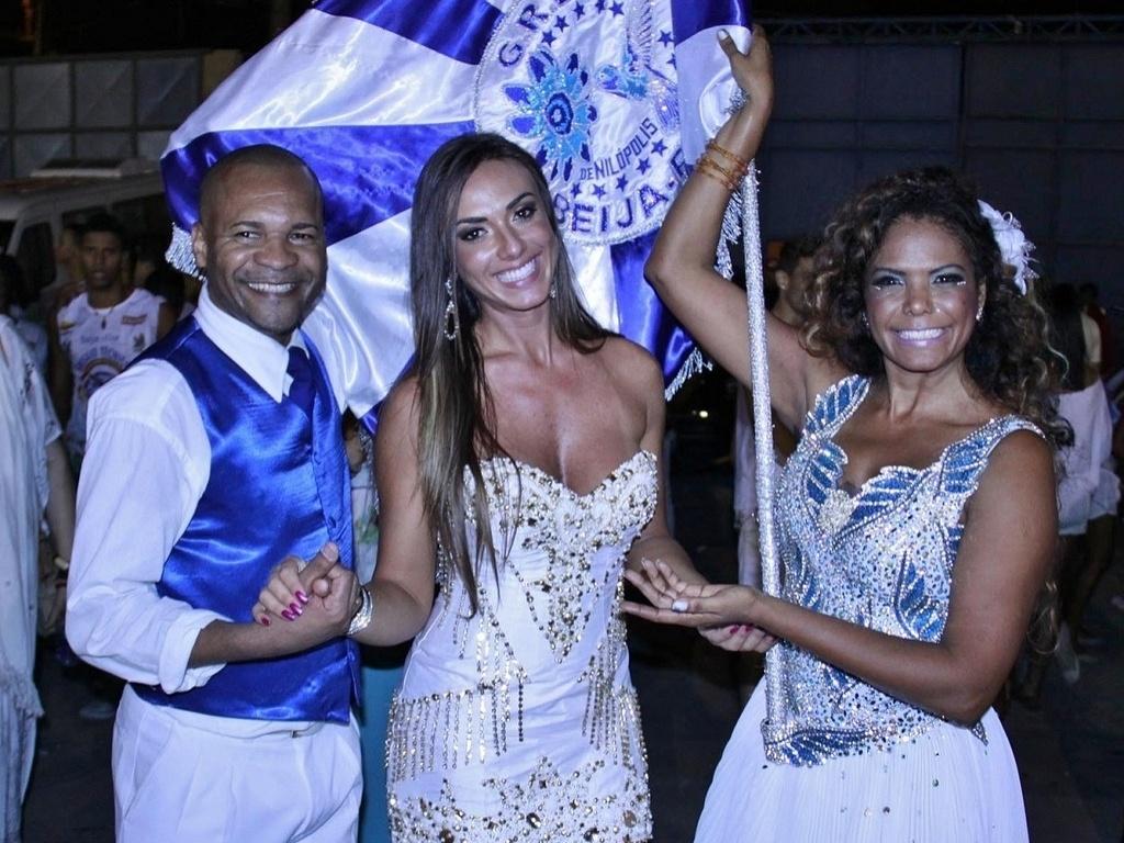 31.jan.2013 - A porta-bandeira Selminha Sorriso e o mestre-sala Claudinho posam com a musa Nicole Bahls no penúltimo ensaio da Beija-Flor antes do desfile, na quadra da azul e branco, em Nilópolis