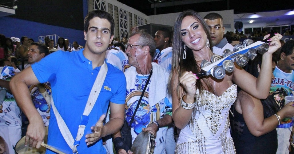 31.jan.2013 - O jovem Enzo, filho de Edson Celulari e Claudia Raia, ensaia com a bateria da Beija-Flor, ao lado de Nicole