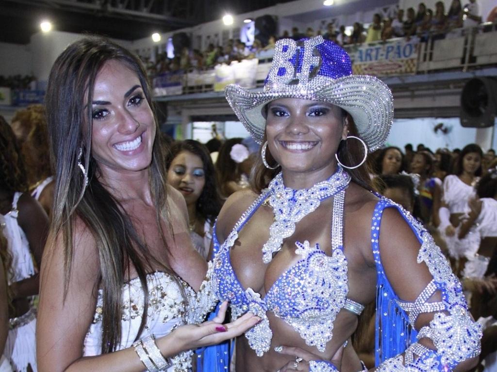 31.jan.2013 - O penúltimo ensaio da Beija-Flor antes do desfile, na quadra da azul e branco, em Nilópolis, teve a presença da modelo Nicole Bahls, que será destaque numa das alegorias da escola