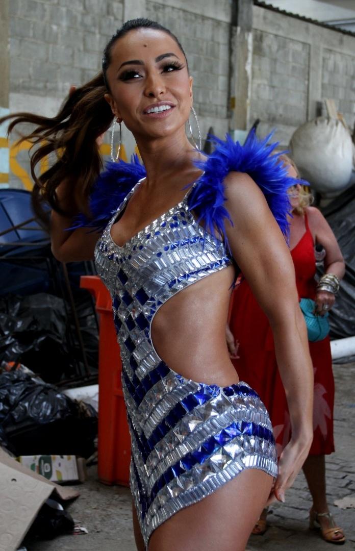 2.fev.2013 - Sabrina Sato chega ao seu aniversário na quadra da Vila Isabel, no Rio de Janeiro