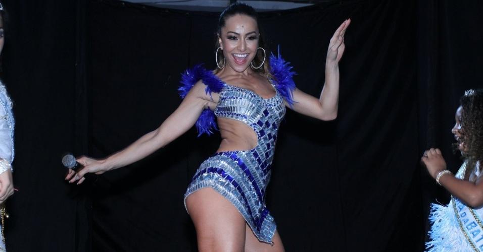 2.fev.2013 - Sabrina Sato samba na sua festa de seu aniversário na quadra da Vila Isabel, no Rio de Janeiro
