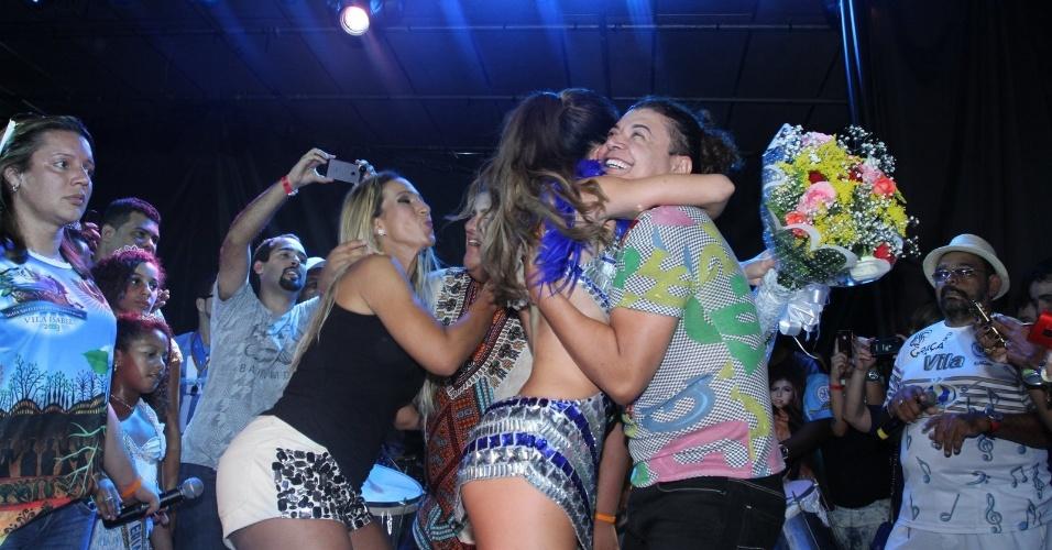 2.fev.2013 - Sabrina Sato, Valeska Popozuda e David Brasil dançam juntos durante feijoada na quadra da Vila Isabel, no Rio de Janeiro. A apresentadora do