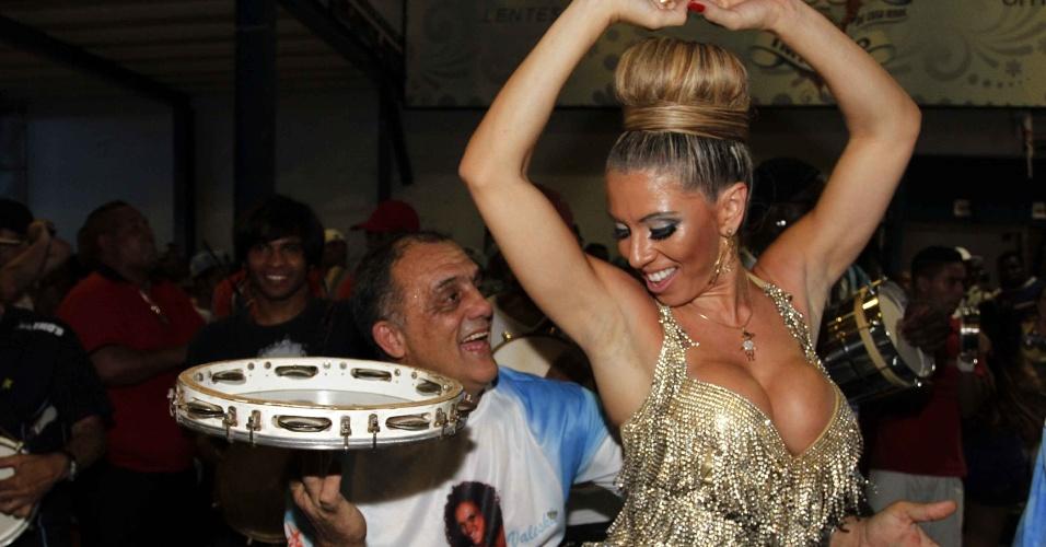 3.fev.0213 - A madrinha de bateria da Império de Casa Verde, Andrea Andrade samba no ensaio técnico da X-9 Paulistana no sambódromo de São Paulo