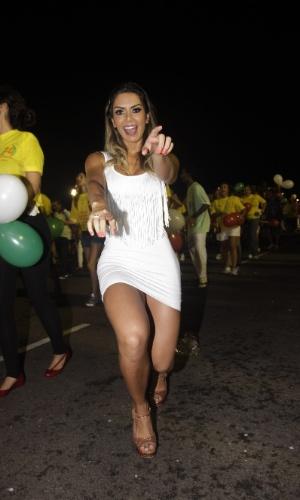 3.fev.2013 - A vice-Miss Bumbum 2011 Graciela Carvalho samba com sua revista Sexy na mão no ensaio técnico das escolas de samba de São Paulo, no Anhembi.
