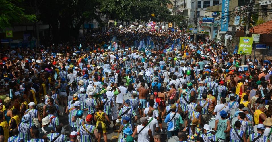3.fev.2013 - Bateria do bloco Suvaco de Cristo desfila pelas ruas do Jardim Botânico, no Rio de Janeiro. O bloco foi criado há 28 anos e chega a levar cerca de 40 mil pessoas durante o desfile pelo bairro