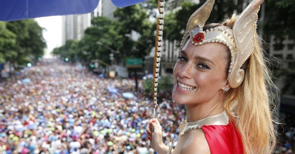 3.fev.2013 - Fantasiada de She-Ra, Carolina Dieckmann participa do bloco de Preta Gil nas ruas do centro do Rio de Janeiro