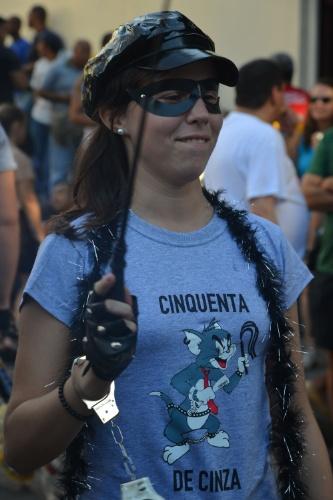 3.fev.2013 - Foliões se concentram para desfilar no bloco Suvaco de Cristo pelas ruas do Jardim Botânico, no Rio de Janeiro. Criado há 28 anos, o bloco chega a levar cerca de 40 mil pessoas durante o desfile pelo bairro
