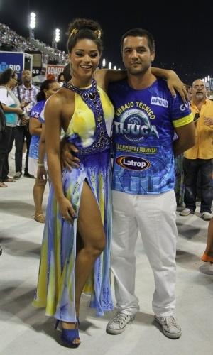 3.fev.2013 - Rainha de bateria da Unidos da Tijuca, Juliana Alves e seu namorado Guilherme Duarte participam do último ensaio técnico da escola antes do Carnaval