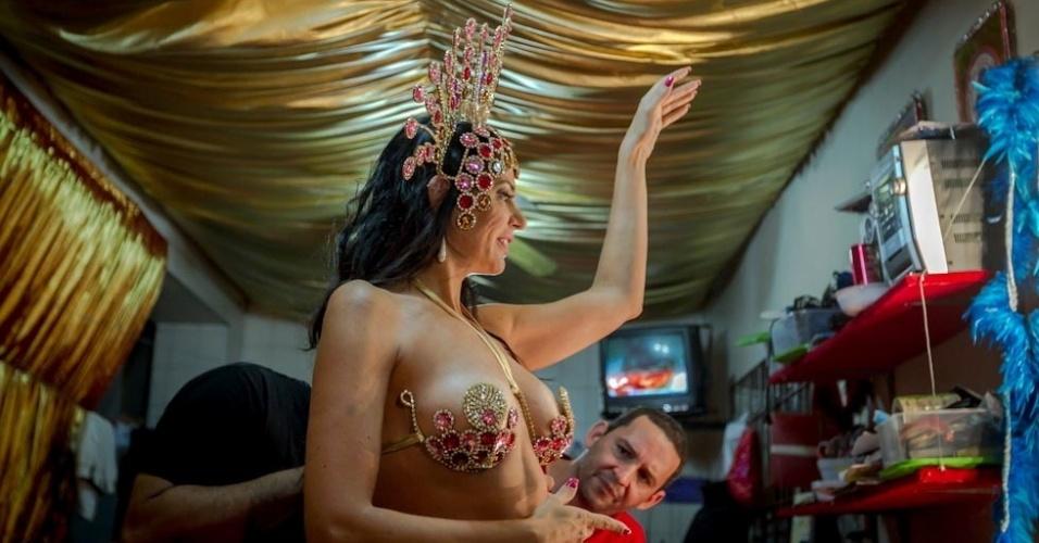 1.fev.2013 Durante a prova de sua fantasia para o Carnaval 2013, Cozete brincou muito, sambou e mostrou que está com o enredo da escola na ponta da língua