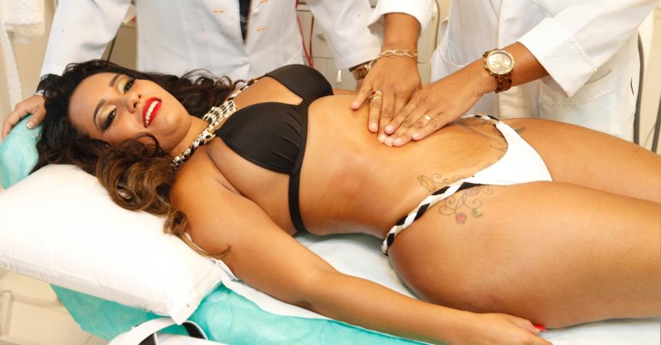 Jan.2013 - A rainha de bateria Raíssa de Oliveira faz tratamento estético como preparação para o desfile