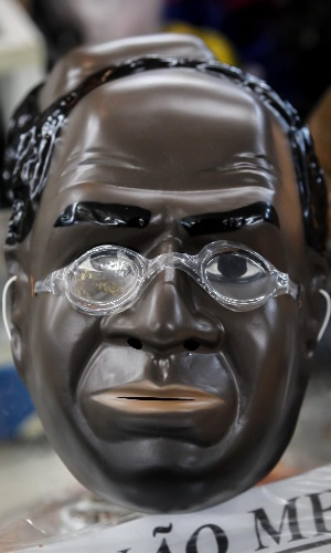 6.fev.2013 A grande recordista deste Carnaval - ainda em dezembro mais de 2 mil unidades já haviam sido vendidas - é a máscara do presidente do Supremo Tribunal Federal, Joaquim Barbosa. Ela custa R$10