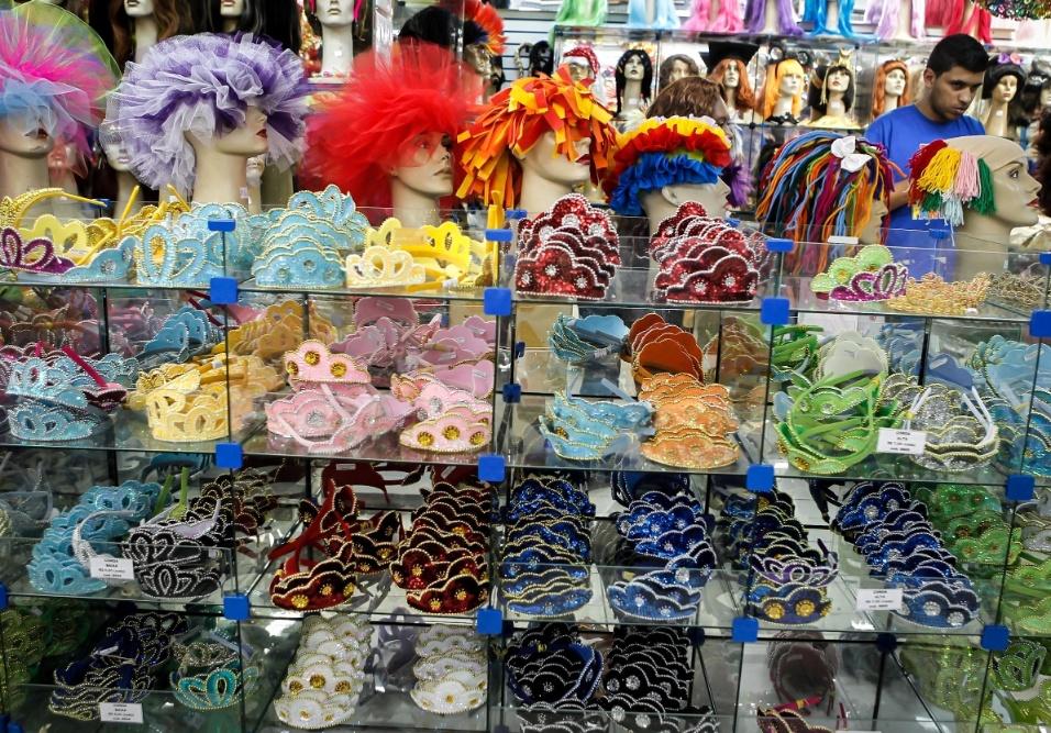 6.fev.2013 As tiaras decoradas com lantejoula saem por R$9