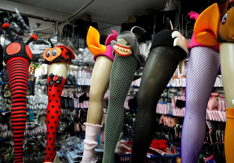 6.fev.2013 Meias-calça de animais como joaninha, tubarão e abelha, podem ser compradas junto com um chapéuzinho característico por R$29,80