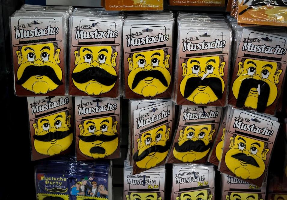 6.fev.2013 Os bigodes em diversos modelos variam de R$3,50 a R$8, dependendo da quantidade que vem na cartela